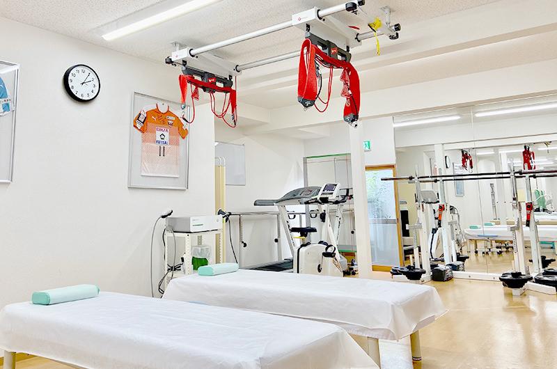 院内のリハビリ室には各種リハビリ機器が充実
